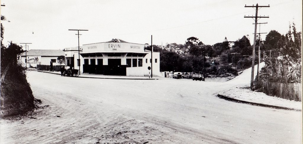 A Churrascaria Ervin viu o asfalto chegar na Mateus Leme. Foto: arquivo.