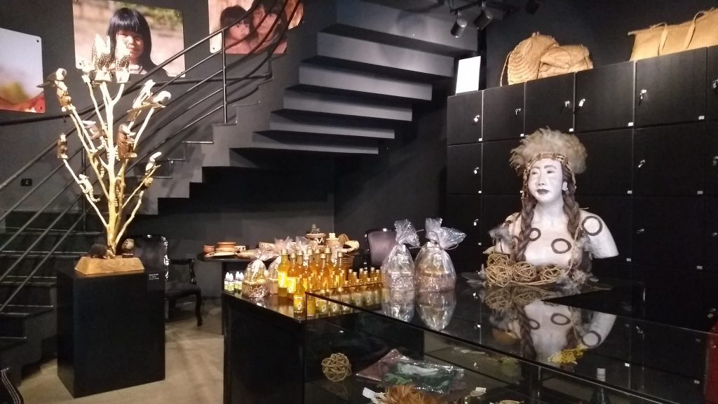 Lojinha com objetos originais de tribos brasileiras.