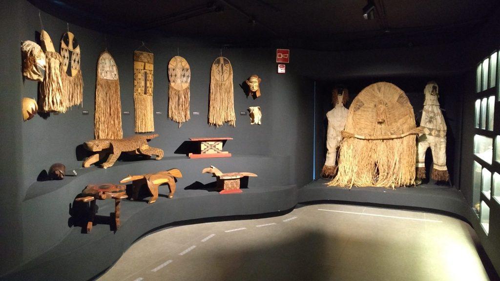 Cerâmicas,arte em madeira e palha.