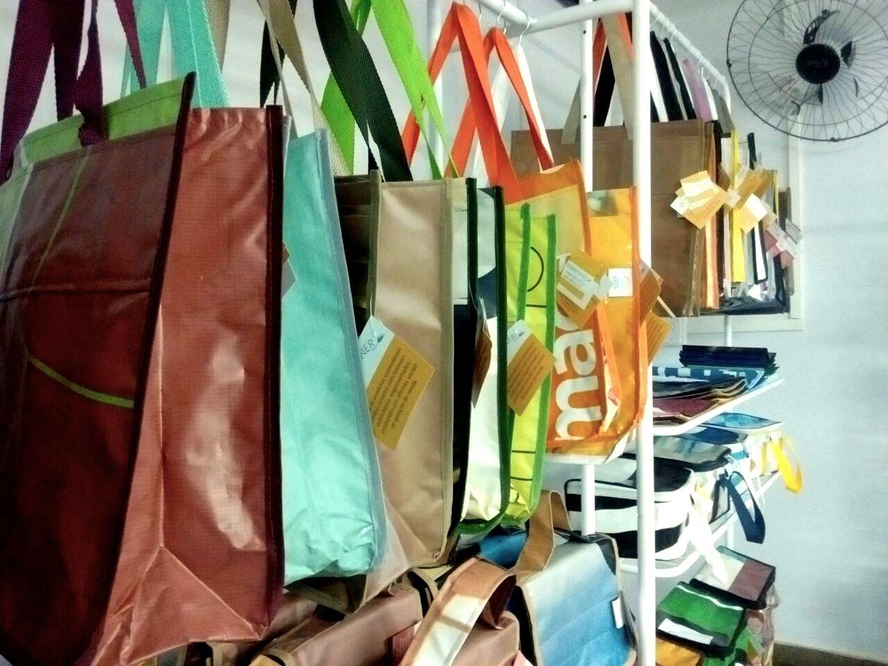 A linha Ecobanner foi feita com banners descartados.  Foto: Unilehu