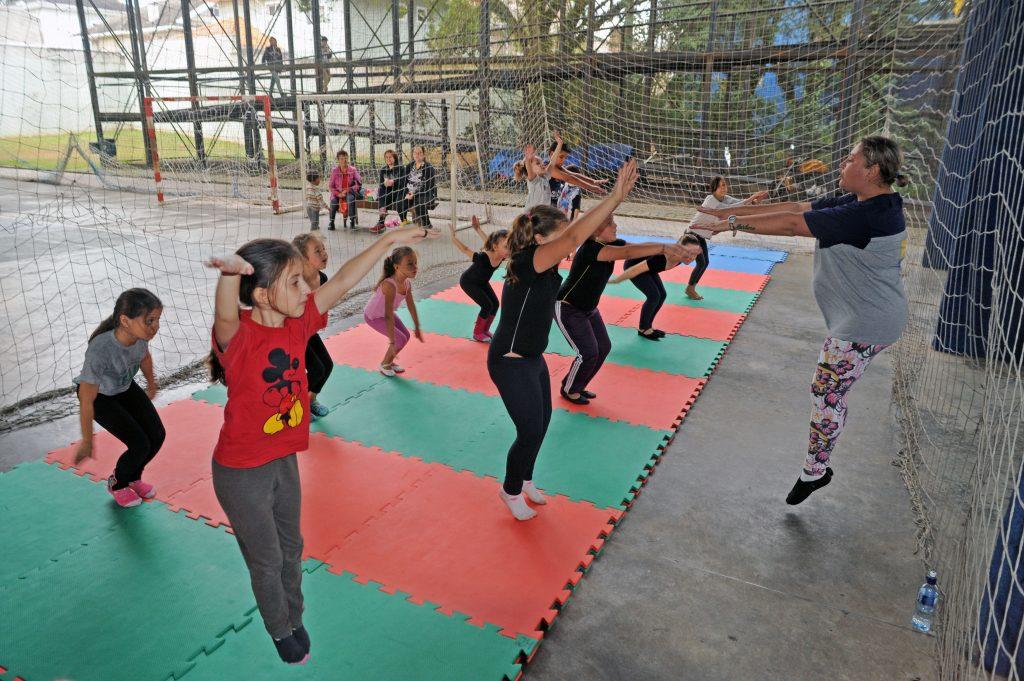 Na Rua da Cidadania de Santa Felicidade também tem aulas de ginástica artística para crianças. Foto: Everson Bressan/SMCS
