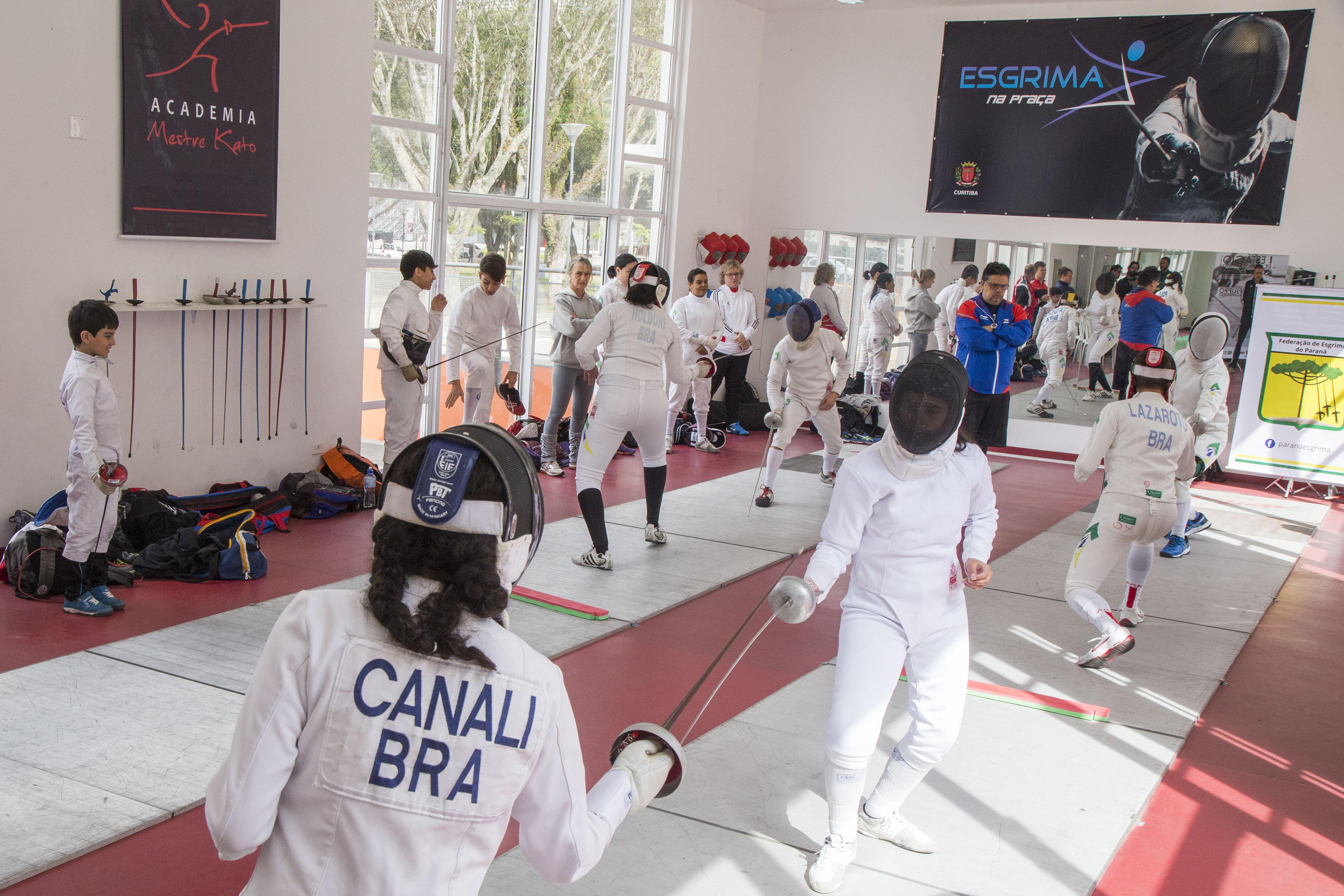 As aulas de esgrima no CEL é uma parceria entre Prefeitura de Curitiba e Academia Mestre Kato. Foto: Valdecir Galor/SMCS