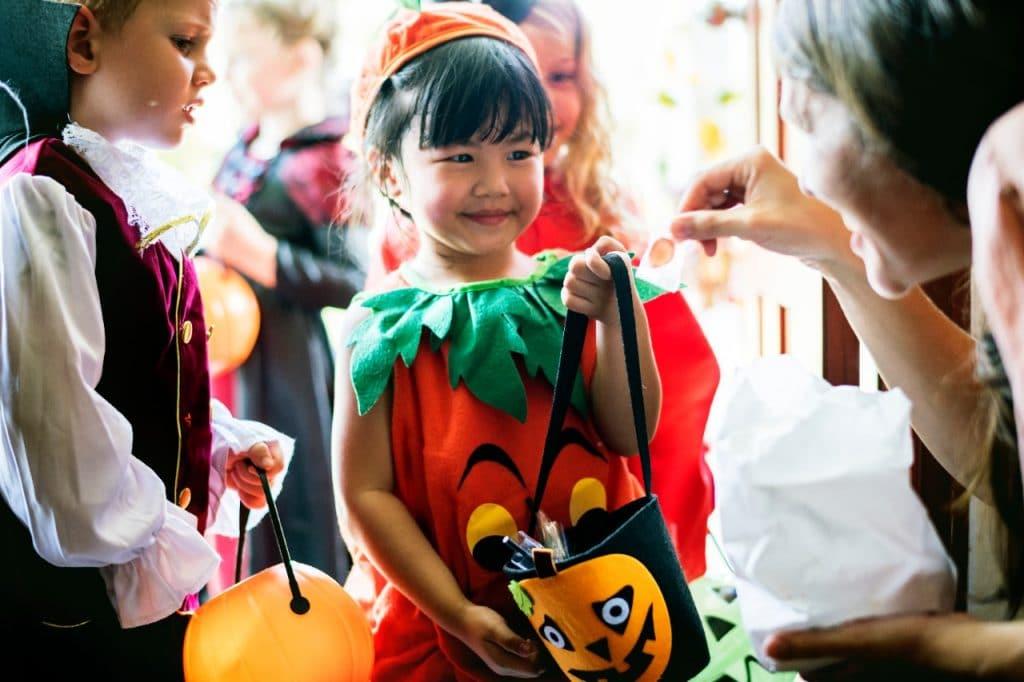 Crianças brincam de caça aos doces no Palladium. Foto: Rawpixel