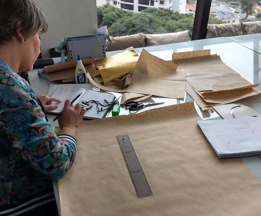 Studio ensina, entre outras coisas, a confeccionar bolsas de forma livre (Foto: Facebook do Studio Klainers)